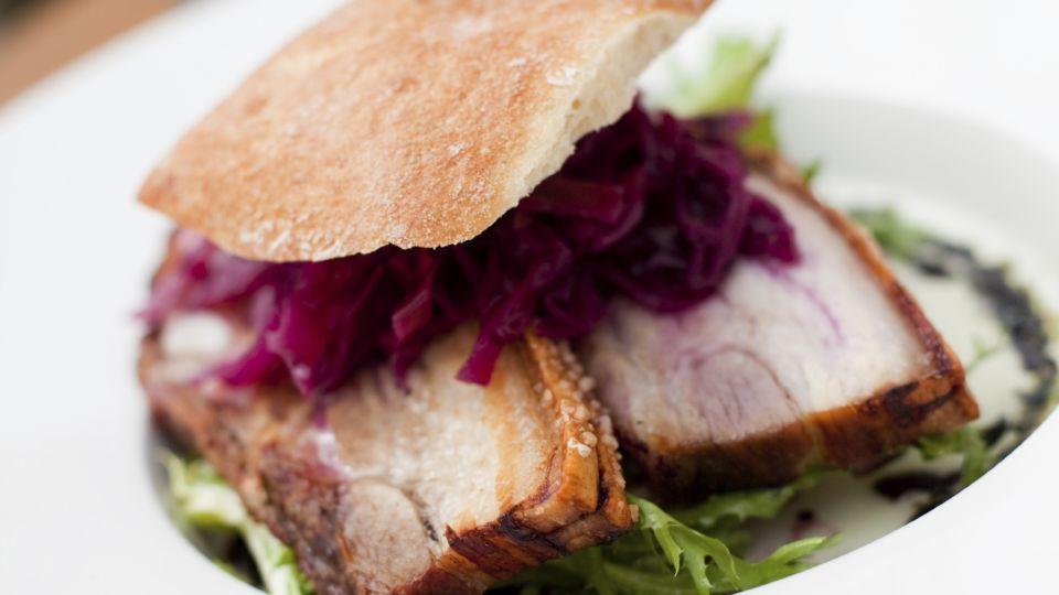 Saftig flæskestegssandwich   Sandwich alverdens Sandwich dansk tekst   Pinterest