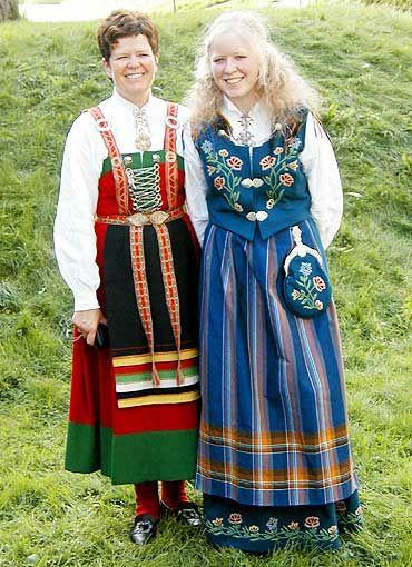 Her kommer to bunadsbilder fra helgas konfirmasjon i Kristiansand. Grete Lindeland Aspenes i den praktfulle Nordlandsbunad og Tone Brit Lindeland Aspenes i Sirdalsbunad.