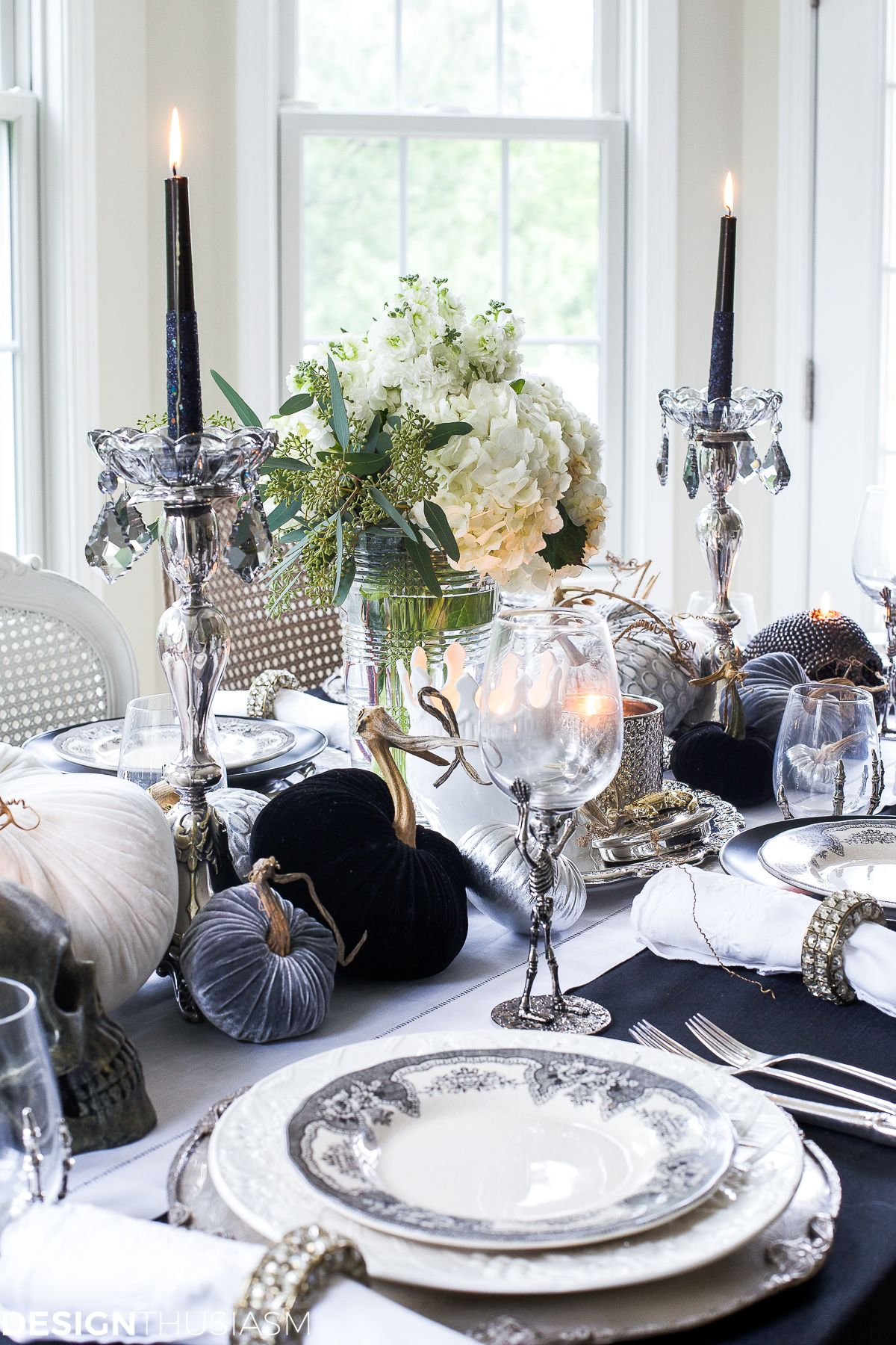 Black And White Table Top Ideas For An Elegant Halloween Dinner Halloween Table Decorations Halloween Table Settings Elegant Halloween