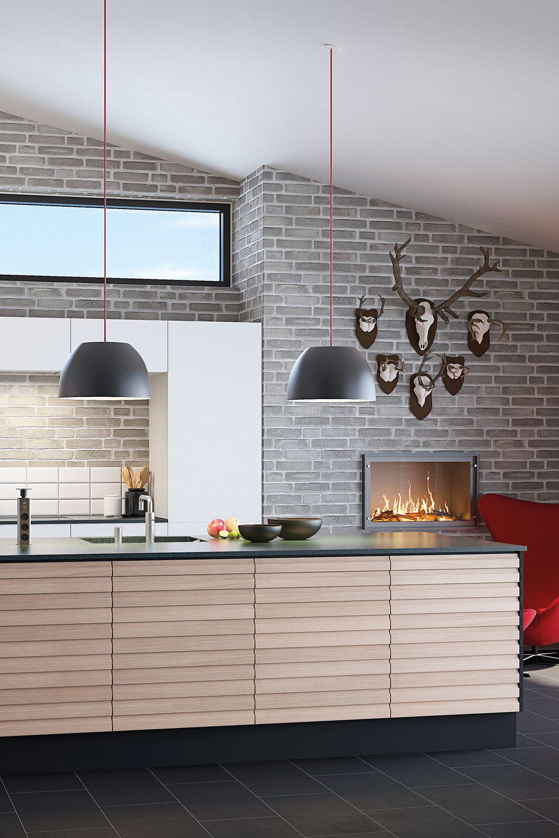 Stort køkken i hvid og eg fra AUBO Køkken & Bad. De viste modeller ...