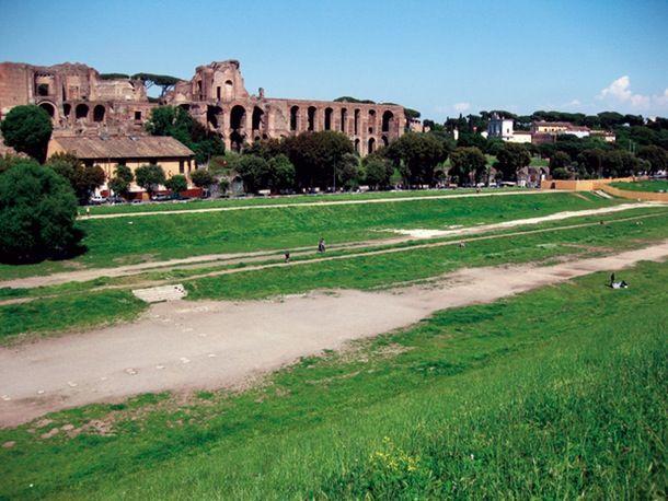 Kilparadan keskiviiva on yhä näkyvissä ruohikossa.   Historian kaupunkiopas: Neron Rooma | Historianet.fi