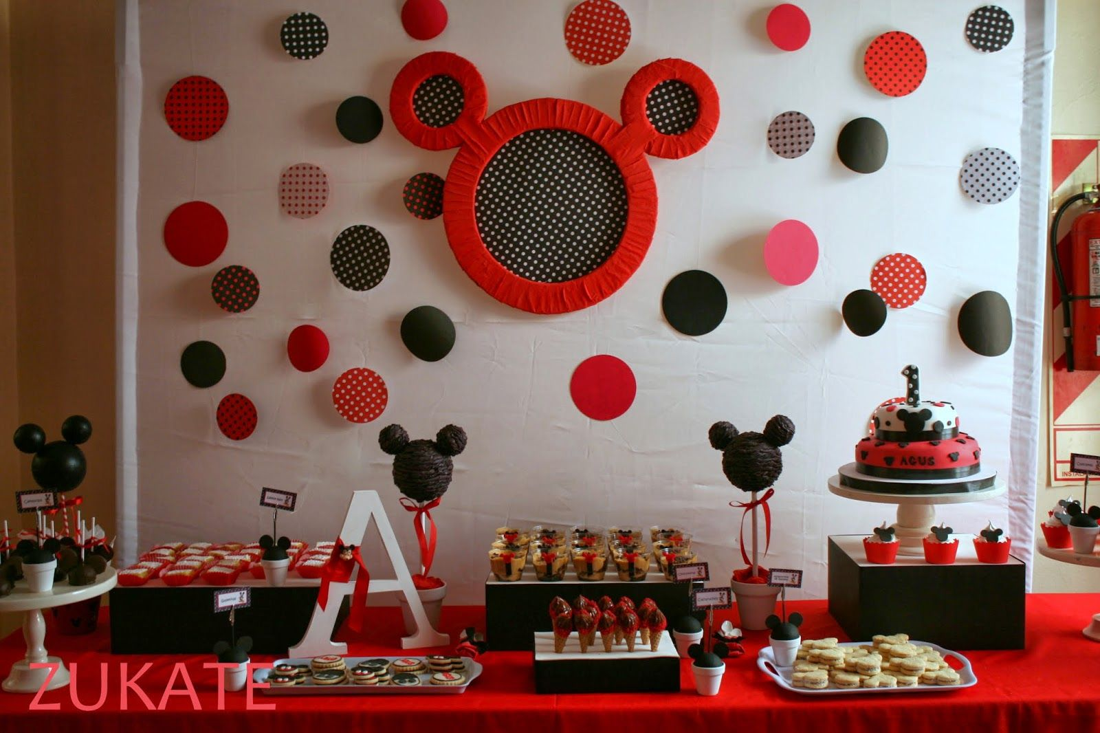 Tortas con adornos de mickey mouse buscar con google for Decoracion la casa de mickey mouse