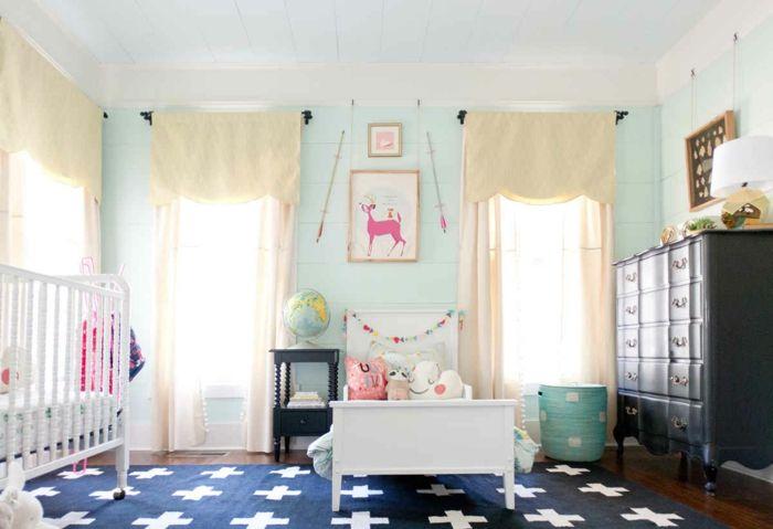 kinderzimmer idee blauer teppich weiße deko kissen babybett bett