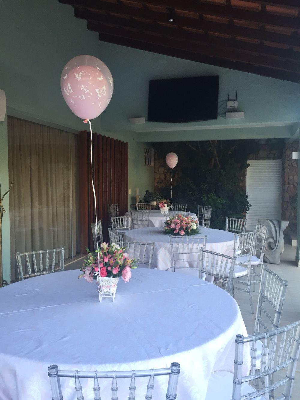 Toalhas brocadas - cadeiras Tifany transparente - centro de mesa com for e balão a gás