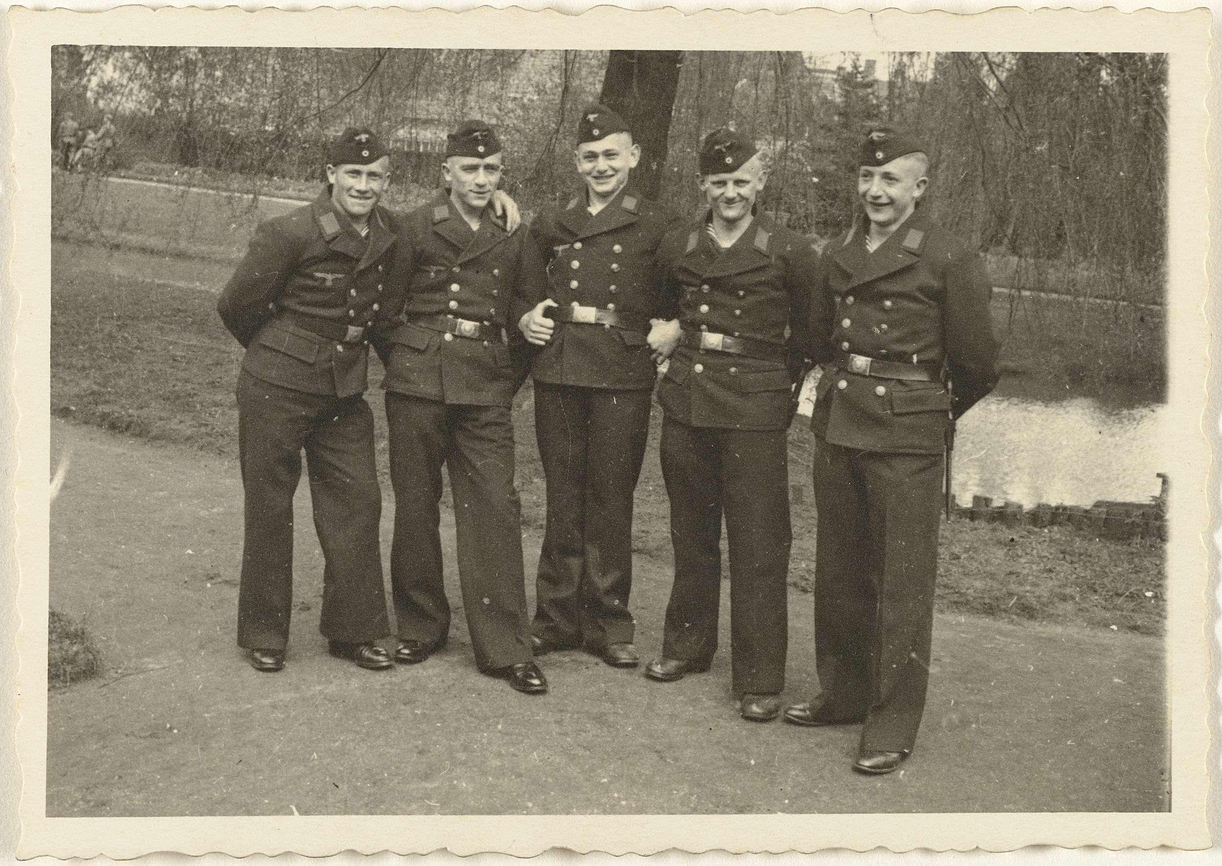 Anonymous | Vijf matrozen in een park, Anonymous, 1940 - 1943 | Vijf matrozen in uniform in een park. Achter hun een vijver. Onderdeel van de groep losse foto's behorend bij het fotoalbum over de Kriegsmarine 1940-1943.