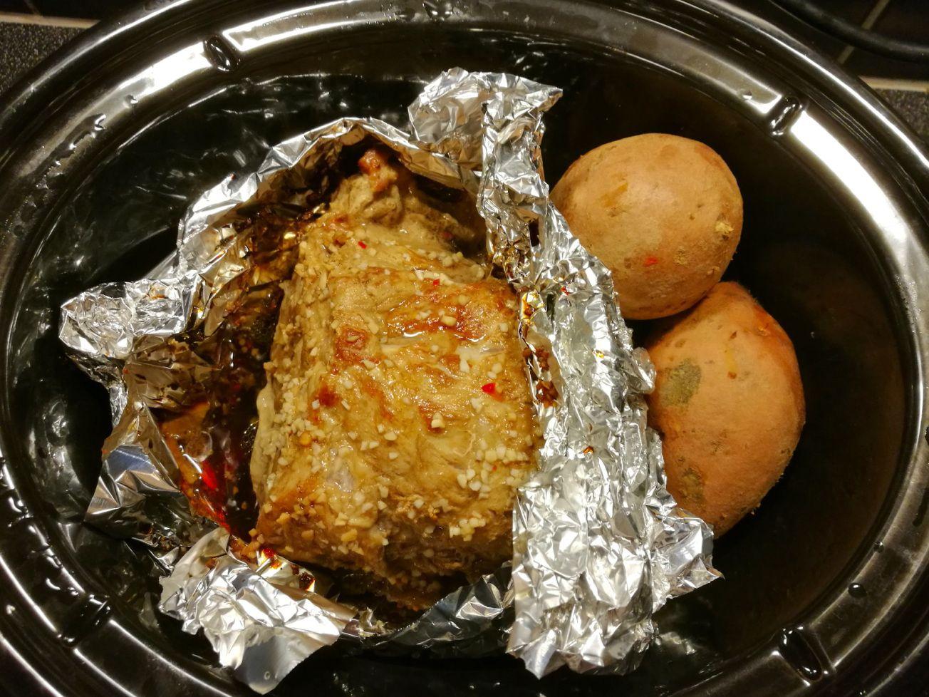 Helstekt fläskkarré med krämig sötpotatis som serveras med fetaostsås och  frästa grönsaker! Låter det gott 182912f5bb842
