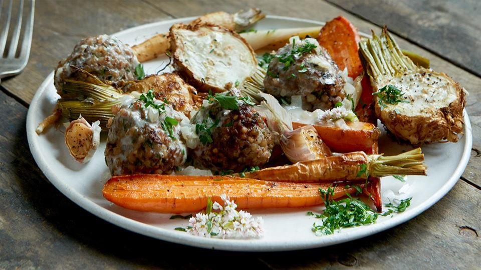 Wyprobuj Przepis Na Pulpety Gryczane W Delikatnym Sosie Winnym Wiecej Kulinarnych Inspiracji W Kuchni Lidla Dinner Time Recipes Food