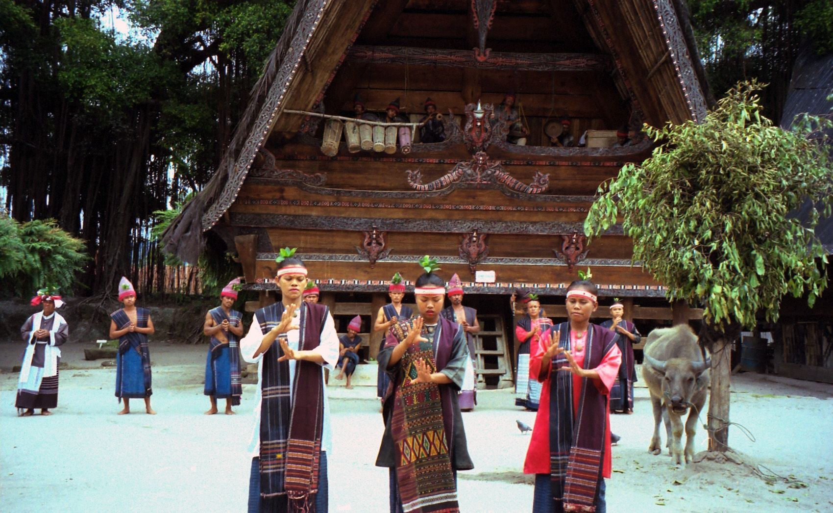 culture in sumatra indonesia  Dèskripsi Sumatra Samosir Island old Batak village..jpg