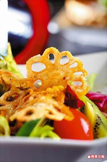 田園和風沙拉 680元 套餐菜色 微酸爽口的和風醬汁引出蓮藕的清甜。