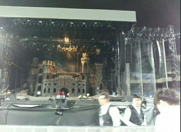 THIS STAGE GIVES ME LIFE I SWEAR!!! <3