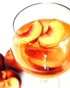 Esta bebida italiana llamada Sangría de Durazno es una de las más fáciles de preparar en casa. Disfrútala.