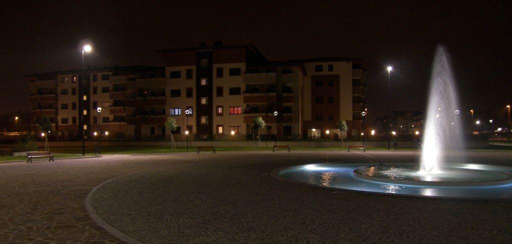 Biassono, Parco Urbano - Piazza con fontana illuminata