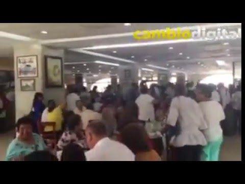 """""""Ratero"""" y """"fuera"""" le gritan a Javier Duarte en café La Parroquia"""