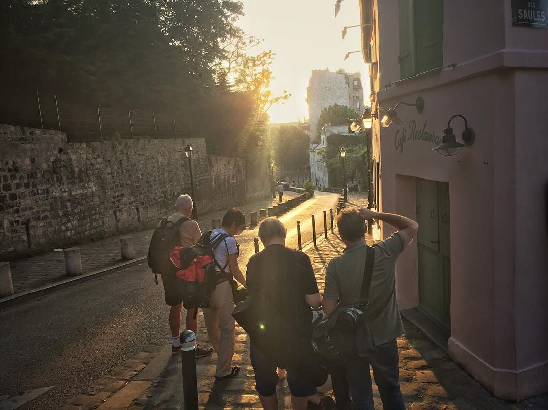 And we are back in Paris! Shooting in the beautiful Montmartre with the group for Paris in Spring we are lucky tonight nice weather and nice golden hour! #photoserge #goldenhour #montmartre #sun #flare #street #happy #walking