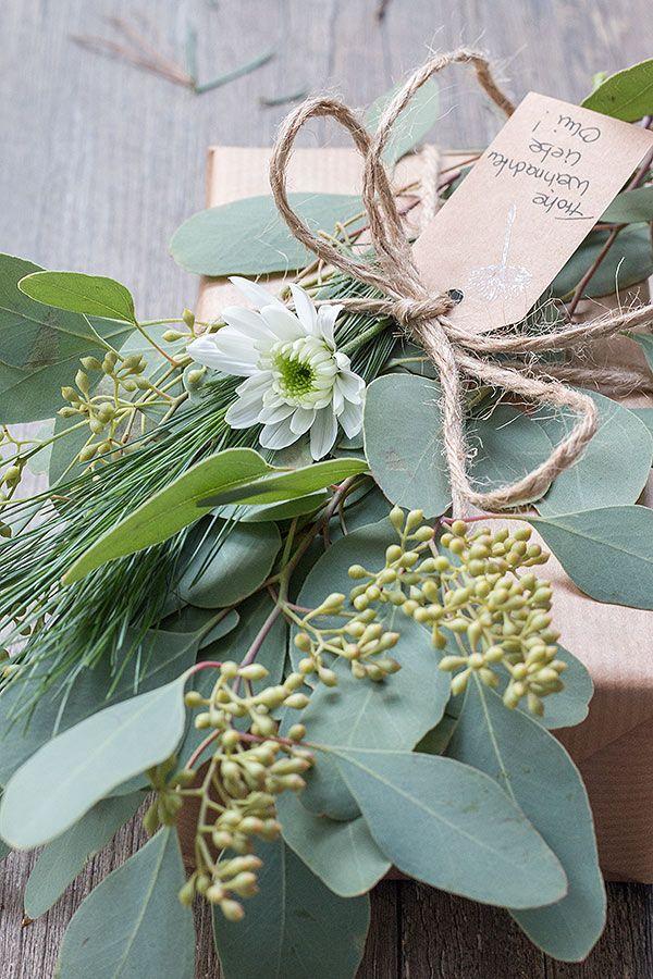 Weihnachtsgeschenke mit Eukalyptus dekorieren