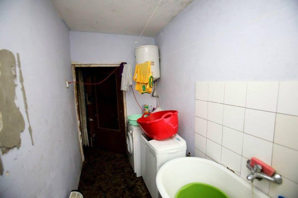 Mala Lazienka W Ktorej Jest Okropnie Zimno Na Podlodze Stara Wykladzina I Dwie Zepsute Pralki Ciezko Sie Umyc W Lazience Gdzie Obecnie Jest T Bathroom Bathtub