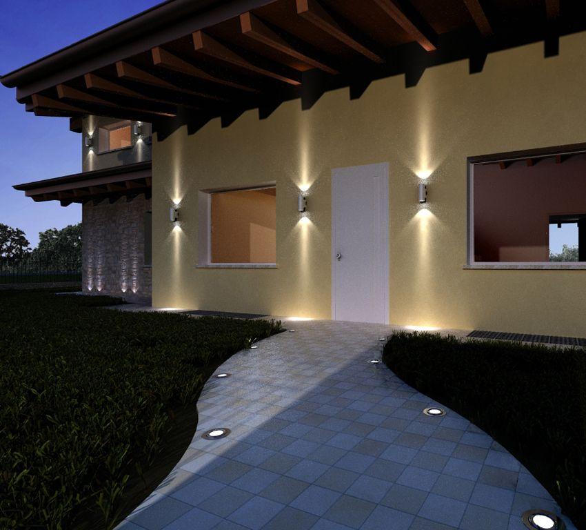L'esterno di una casa illuminato con luci led a pavimento e in ...