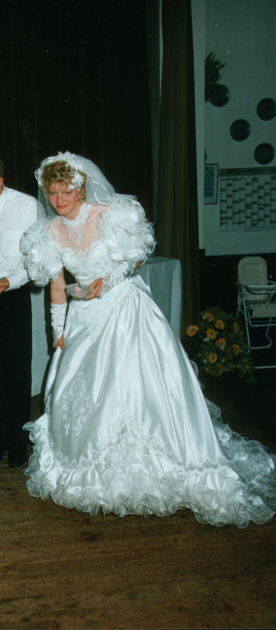 Traumkleid 1992 In 2021 Wedding Dresses Taffeta Wedding Dresses 80s Wedding Dresses Vintage [ 2202 x 966 Pixel ]