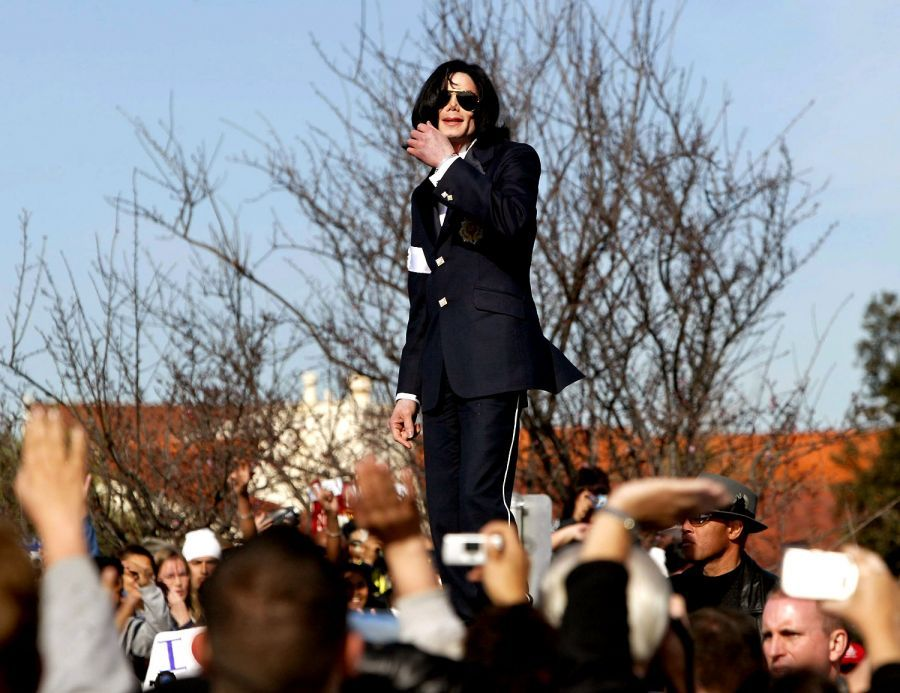 Michael Jackson <3 The King of Pop <3 I love this picture!! All support from his loving fans to prove his innocent <3 Respect!