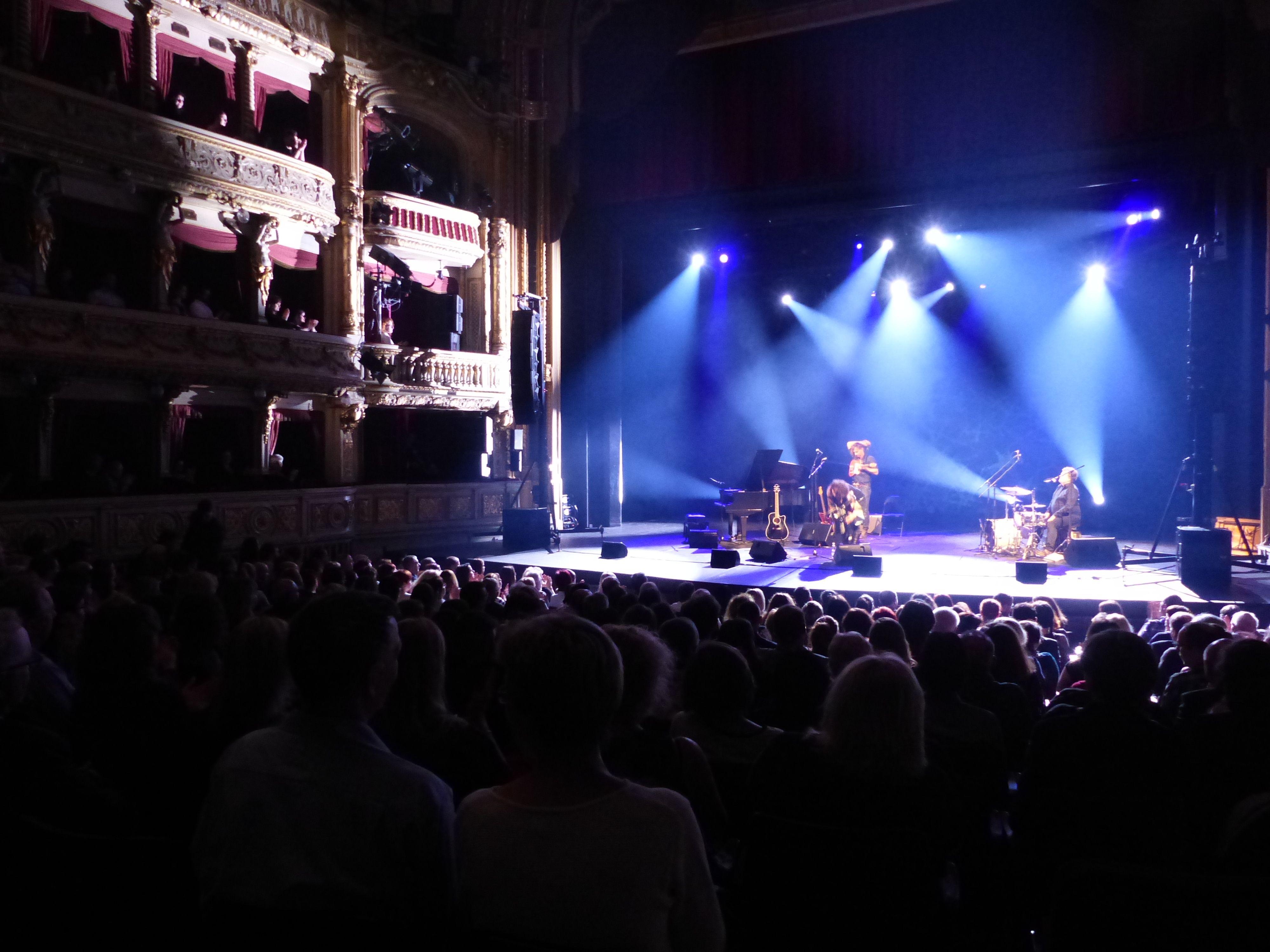 Vystoupení zpěvačky Radůzy v sále brněnského Mahenova divadla.