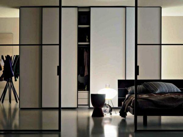 La porte de dressing coulissante garantit un style moderne pour