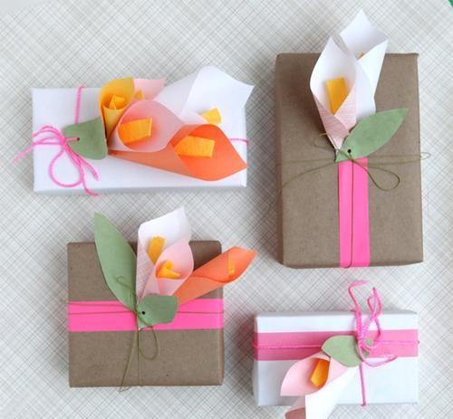 Poklon ukrašen buketićima od papira