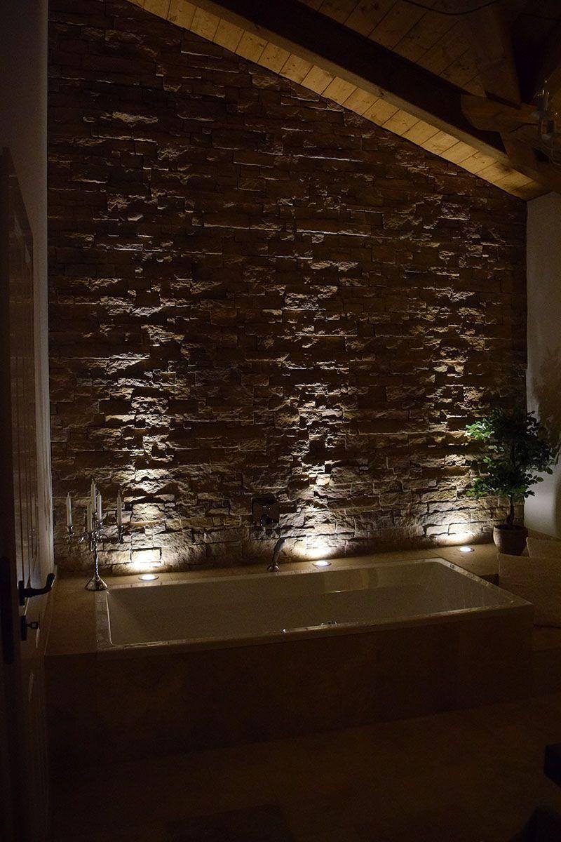 Traumhafte Beleuchtung Einer Steinwand Im Badezimmer.