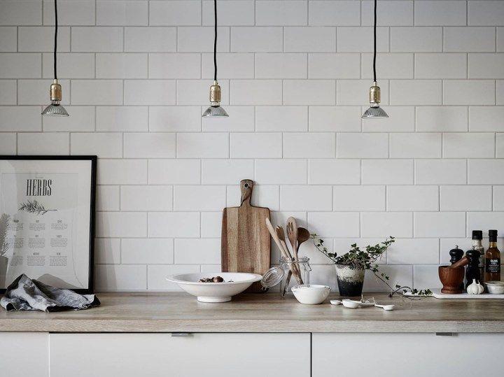 Cocina nórdica con baldosa metro y encimera de madera | Wifi connect ...