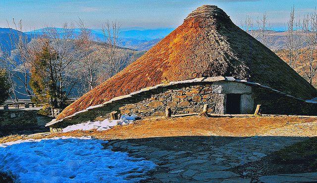 """O Cebreiro (Palloza) Lugo. O Cebreiro es el primer pueblo gallego del Camino Francés. La """"palloza"""" es el modelo-casa más antiguo de España."""