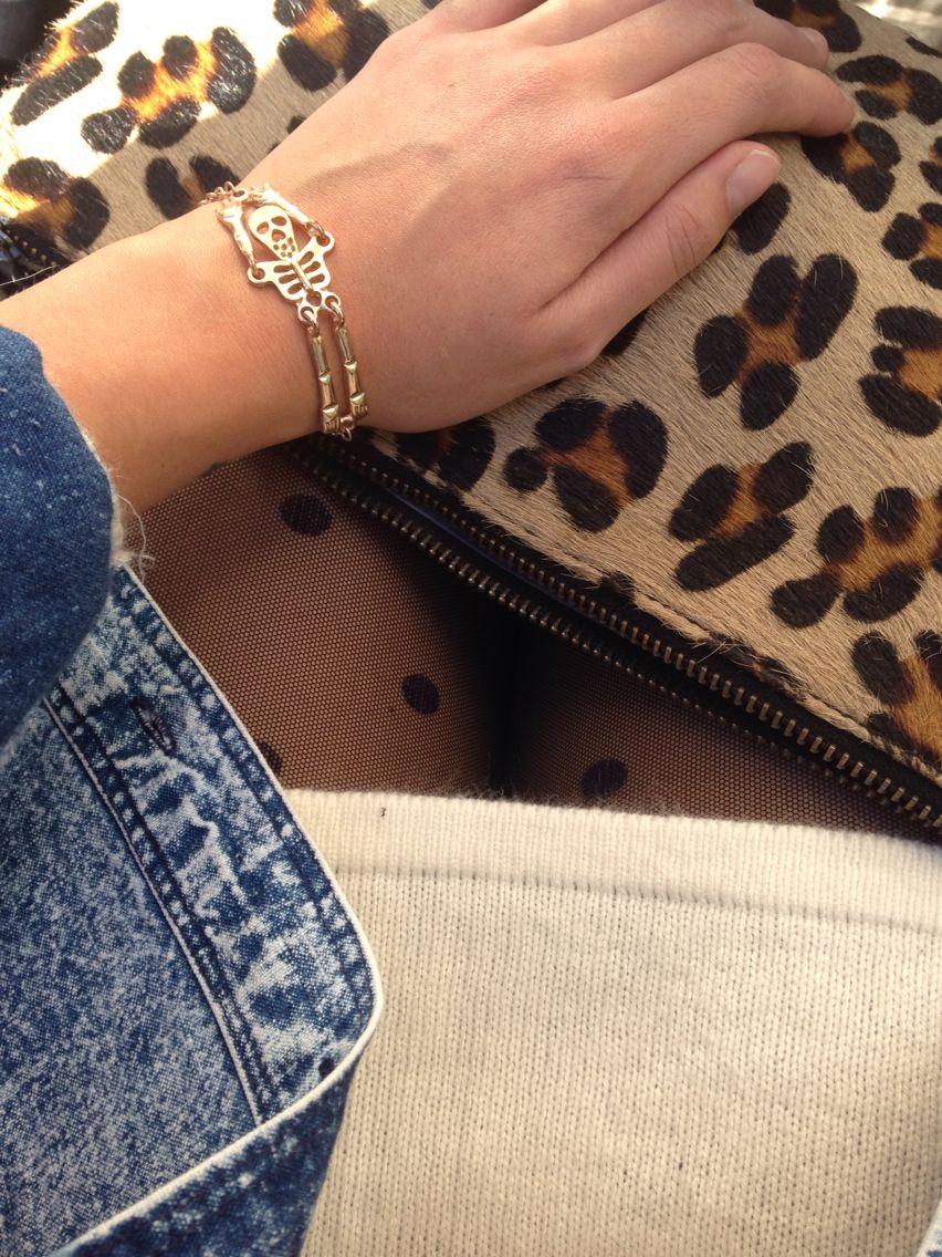 Detalles del outfit Pulsera de aira's creaciones, bolso zara, medias calzedonia, vestido H&M y cazadora de Berlín market.