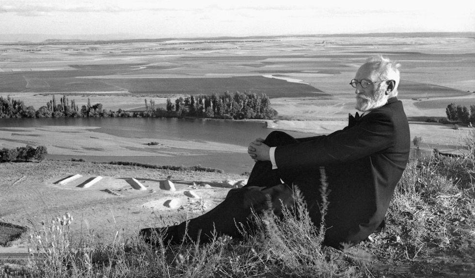 """Una interesante retrospectiva reivindica en Galicia la obra de José Suárez, artista que retrató los """"tipos de la tierra"""" que encontraba en sus viajes. Por CHUS MARTÍNEZ DOMÍNGUEZ"""