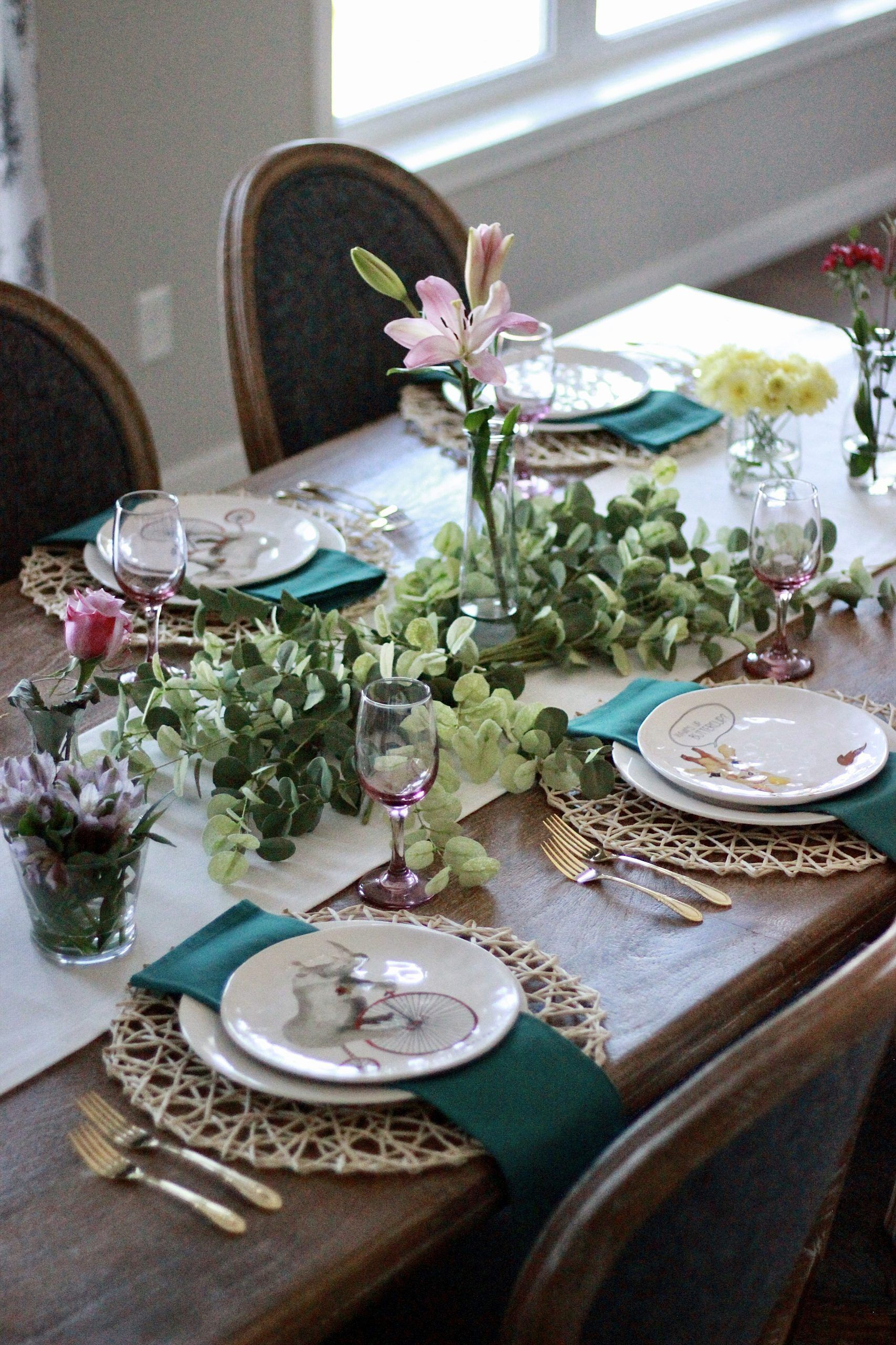 Easy tablescape ideas perfect for a girls night in // spring table setting // tablescape decor // #tablescapes // #tablesetting // #springtable