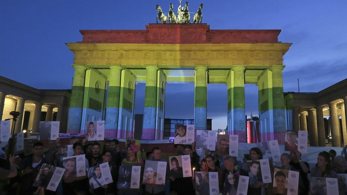 Brandenburger Tor Leuchtet In Regenbogenfarben Regenbogenfarben Regenbogen Farben Brandenburger Tor