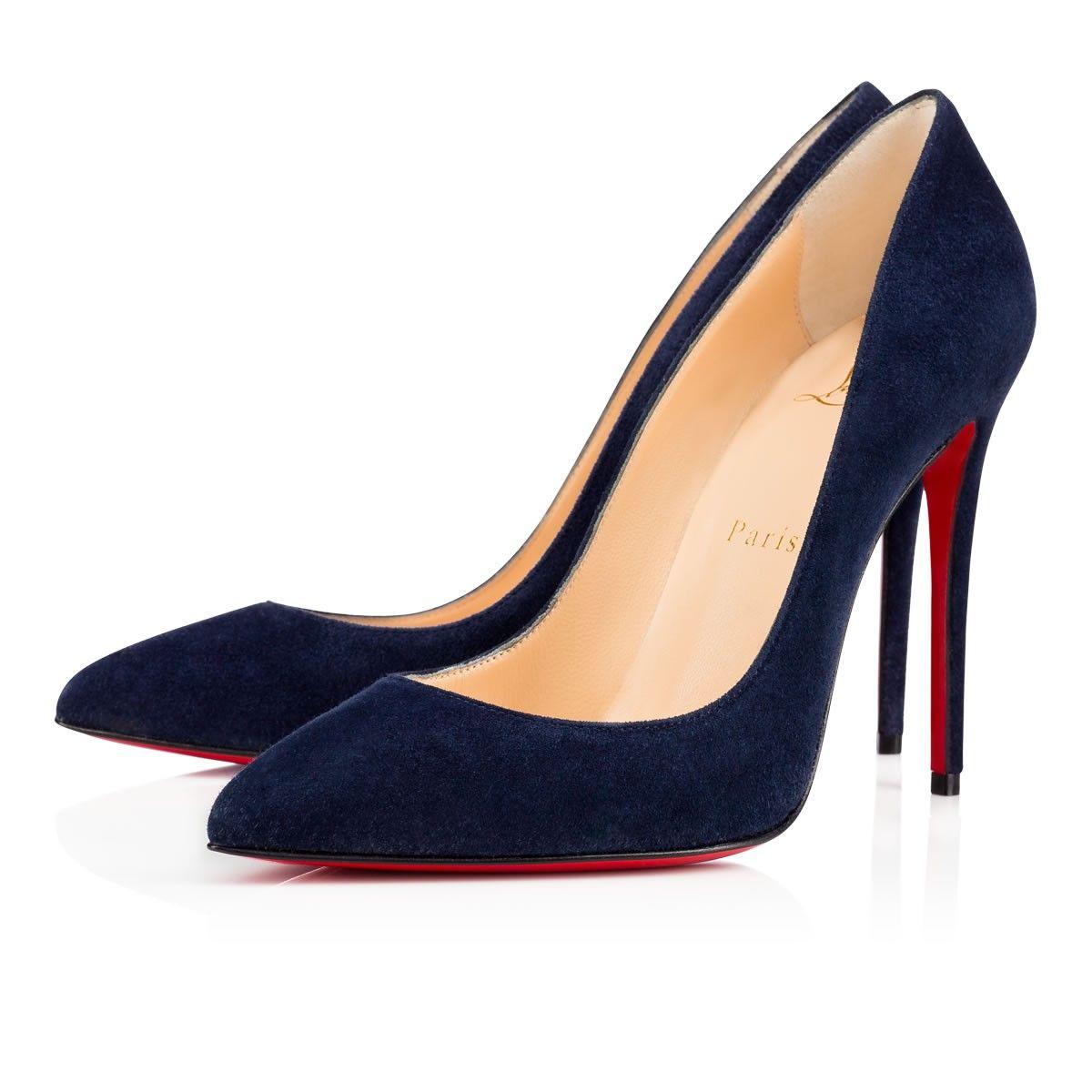Intemporelle et pimpante, Pigalle Follies incarne la quintessence de l'esprit parisien. Paré de lignes sensuelles et fluides, ce soulier en velours night riche et fondant assure une silhouette séductrice et féminine du haut de son talon vertigineux 100 mm.