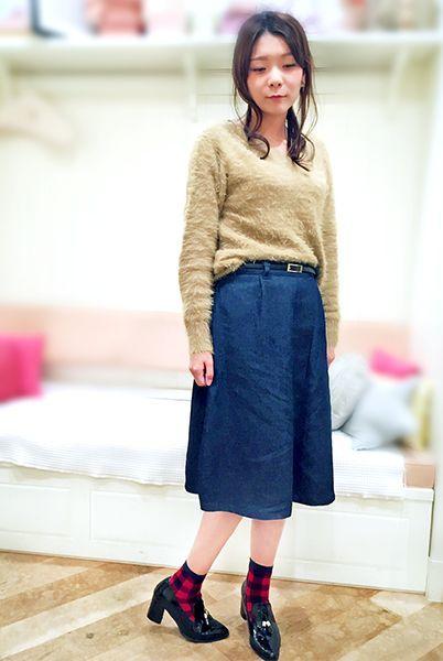 ふわふわモコモコニットにデニムスカートの冬おすすめコーデ。 トレンドのチェック柄を取り入れて、カジュアルに仕上げて。  『ジャガード三面切替ブロックチェック柄ソックス13cm丈』¥350+税 color : 紺  (その他スタッフ私物) 当店のお取り扱いアイテム: レッグウェア、インナー、ルームウェア