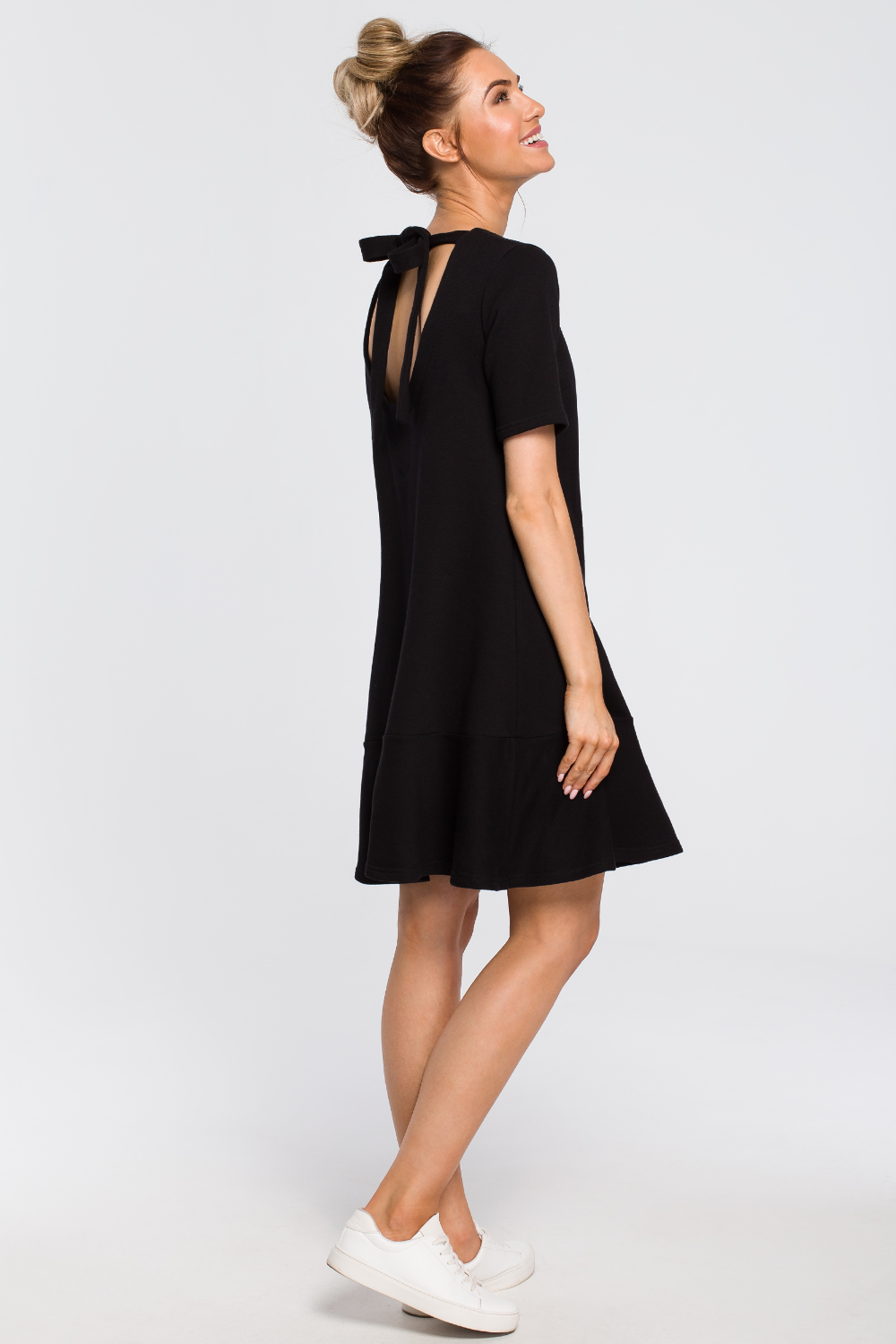 Luzna Sukienka Z Wiazaniem Na Plecach Czarna Cudmoda Black Dress Little Black Dress Dresses For Work