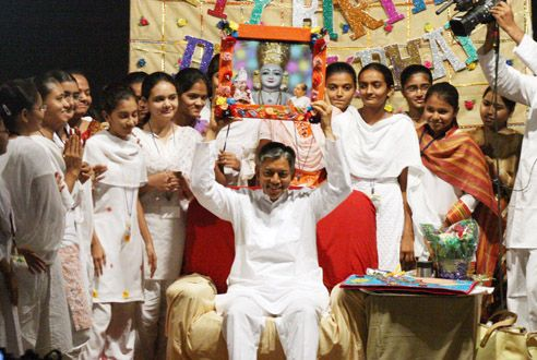 Watch #kids spending special time on Pujya #Deepakbhai's #birthday and wishing him with greeting cards. To see the pictures, visit: http://kids.dadabhagwan.org/gallery/photos/photo-gallery/category/birthday+celebration/