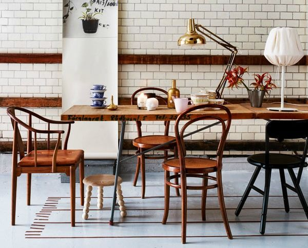 Verschillende houten stoelen woonkamer fliesen