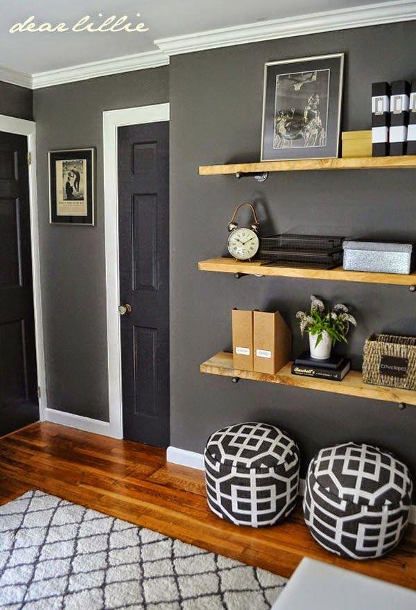 parede cinza chumbo e prateleira madeira. estante | portas ...