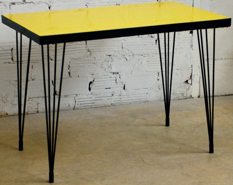 table formica jaune et pieds tubes