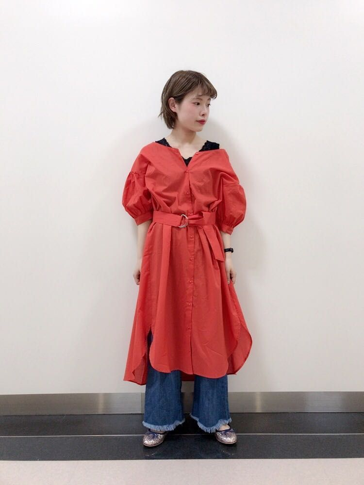 旬なカラー!赤特集! オレンジが目を引くワンピースを主役に。前を開けて羽織としても着て頂けるのでこれからの季節にもぴったりな万能アイテムです。