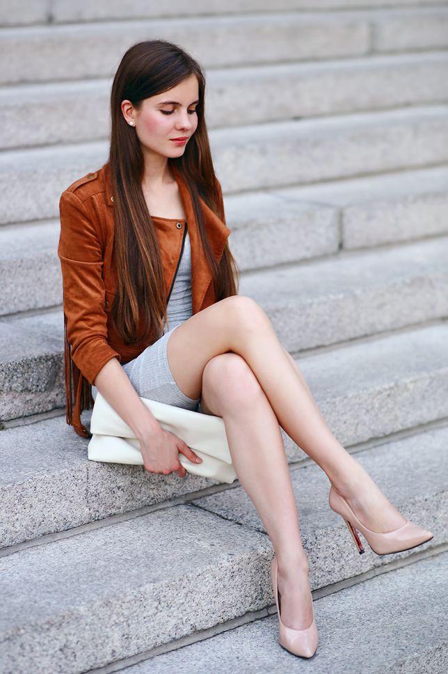 Kobiecy Blog O Modzie Brazowa Zamszowa Kurtka Szara Dopasowana Sukienka I Bezowe Szpilki Mode Fur Frauen Mode Kleidung