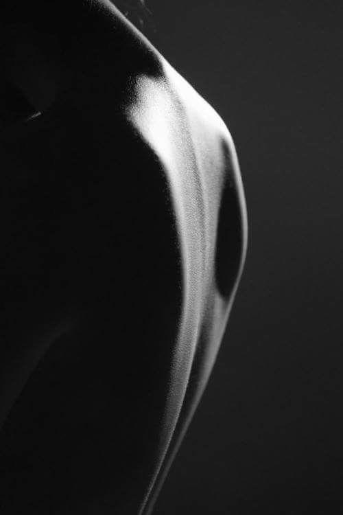 """felina960:  """"La schiena è la parte che non puoi vederti, quella che lasci agli altri. Sulla schiena pesano i pensieri, le spalle che hai voltato quando hai deciso di andare."""""""