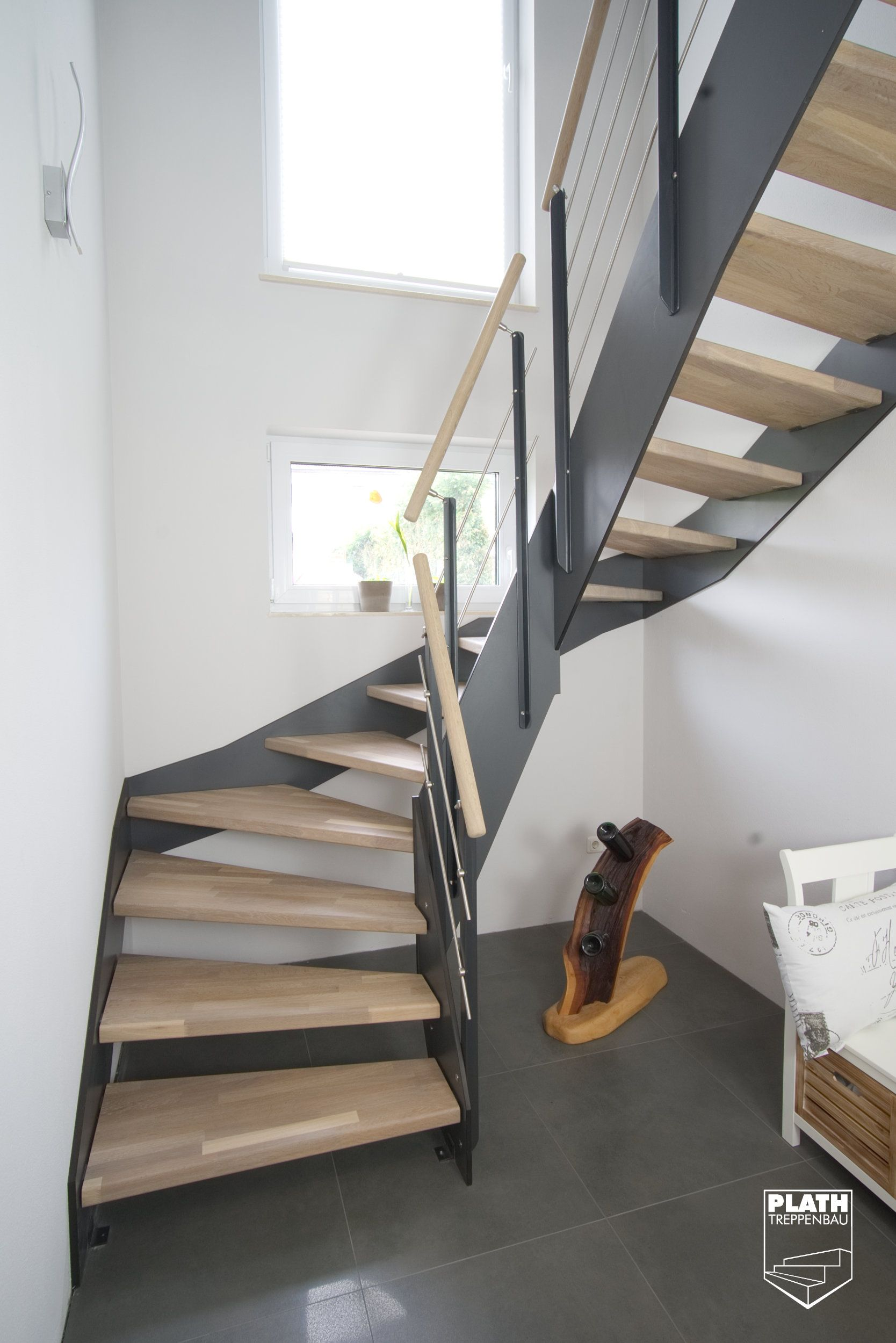 flachwangentreppe hpl treppe mit stufen aus eiche und gel nder aus edelstahl treppenbau. Black Bedroom Furniture Sets. Home Design Ideas