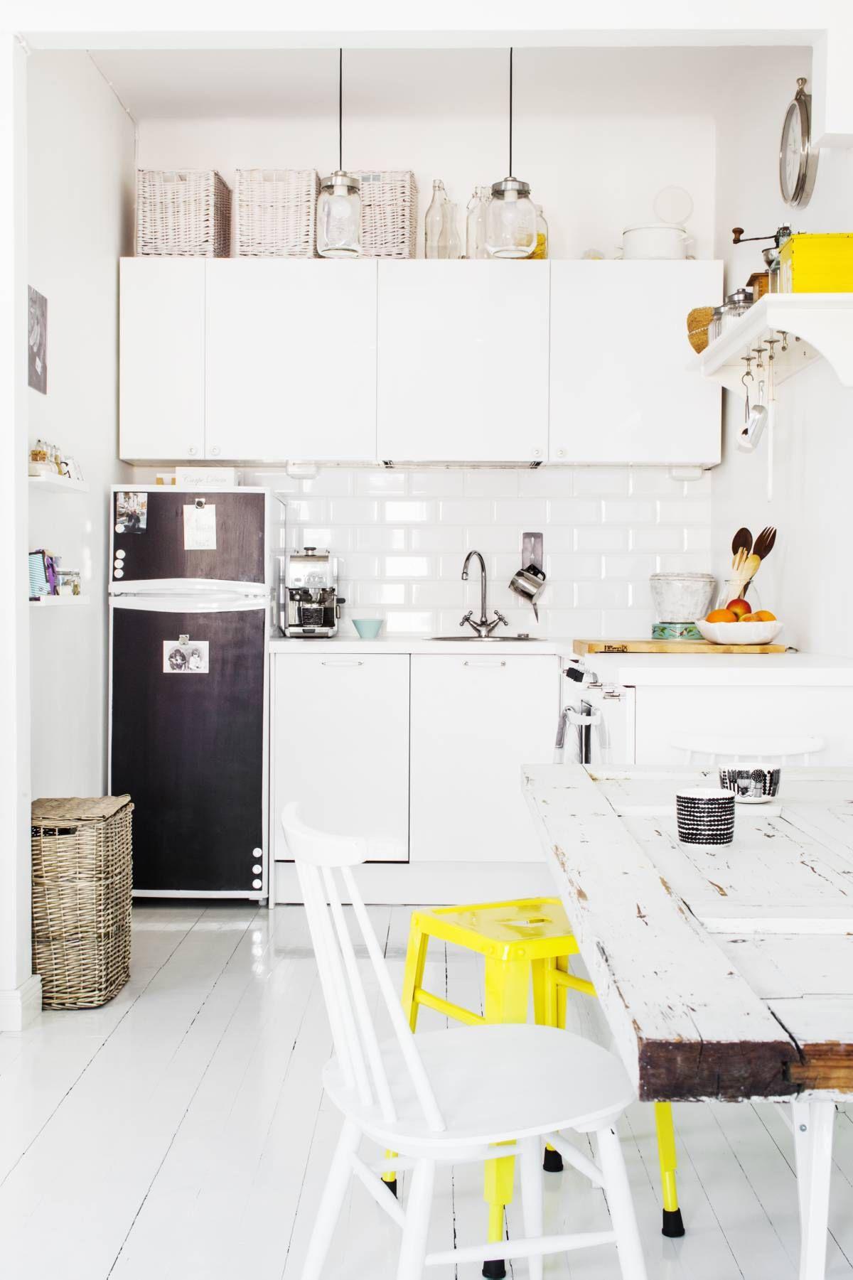 Nykyisessä avokeittiössä sijaitsi ennen makuualkovi. Keittiön kaapistot sekä hana ovat Ikeasta, vetimet Helapisteestä ja välitilan kaakelit Pukkilasta. Jääkaapin Emmi maalasi liitutaulumaalilla mustaksi. Valaisimet ja ruokapöytä ovat Hannun tekemät. Vanhasta ovesta tuli pöytälevy ja pukkijalat hankittiin Ikeasta. Keltainen metallijakkara on tilattu Ellokselta, muut huonekalut ovat kirpputorilöytöjä.