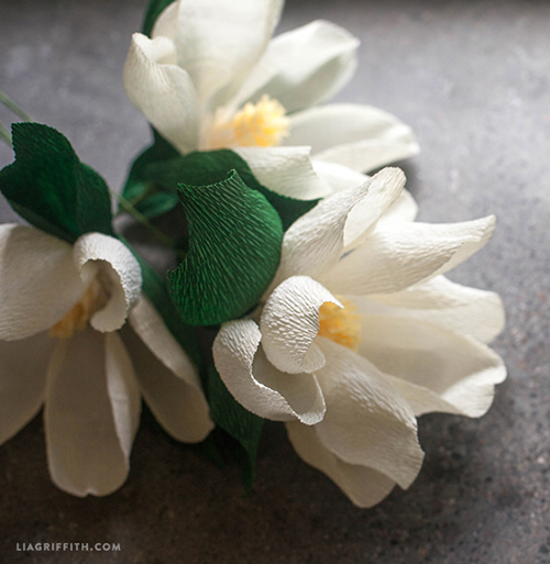 12 DIY Crepe Paper Flower Tutorials #constructionpaperflowers