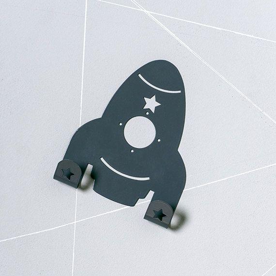 Stoere ruimtereizigers maken hun kamer helemaal af met dezestijlvolle kinderkapstok in de vorm van een raket. Niet alleen heel functioneel maar ook een ...
