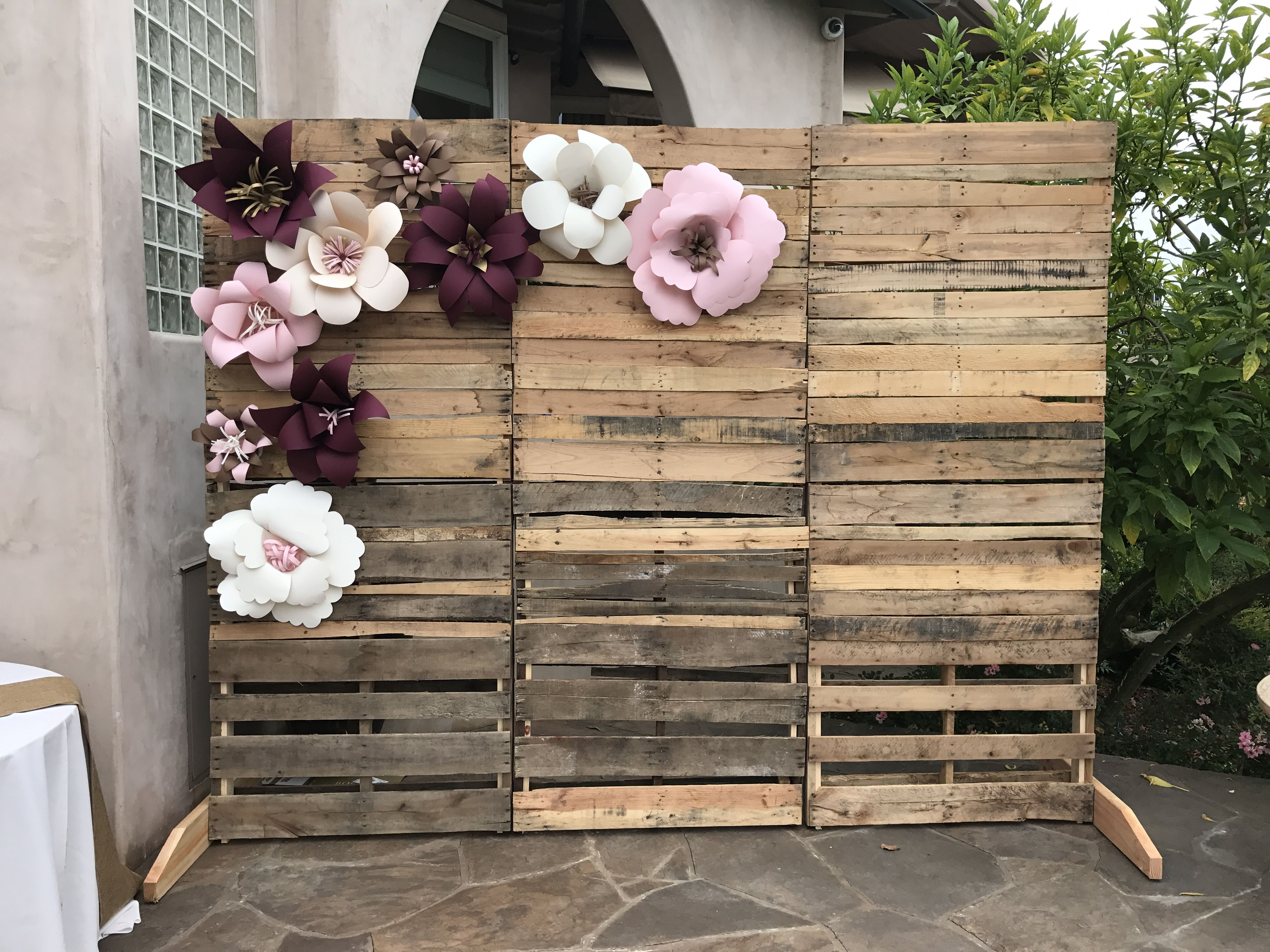 Pallet wall with paper flowers perfect for bridal shower decor pallet backdrop bridal shower - Fotowand paletten ...