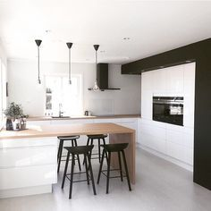 Stile moderno scandinavo a forma di U in bianco e nero per questa cucina