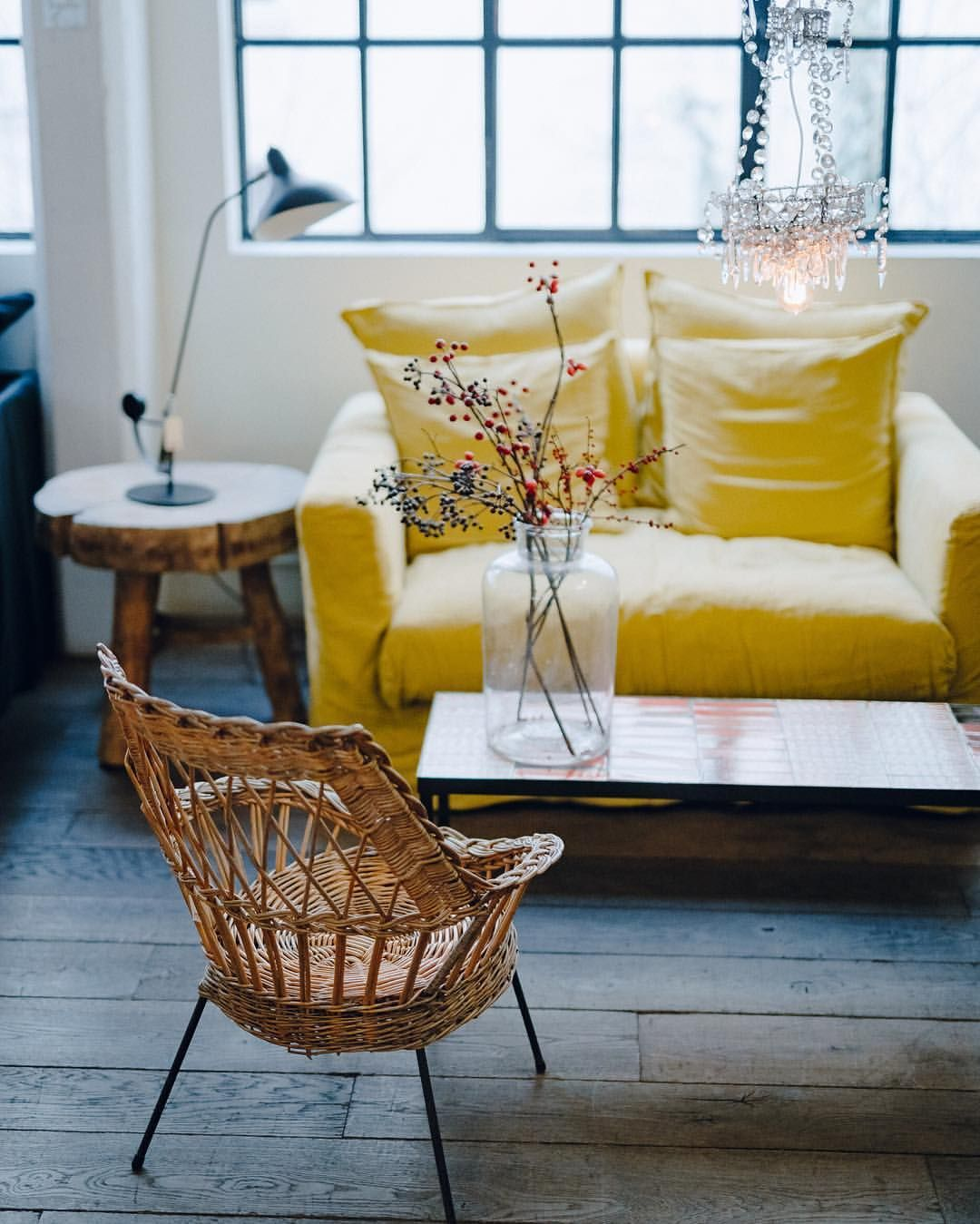 Fauteuil rotin et canapé jaune citron dans le salon | Déco ...